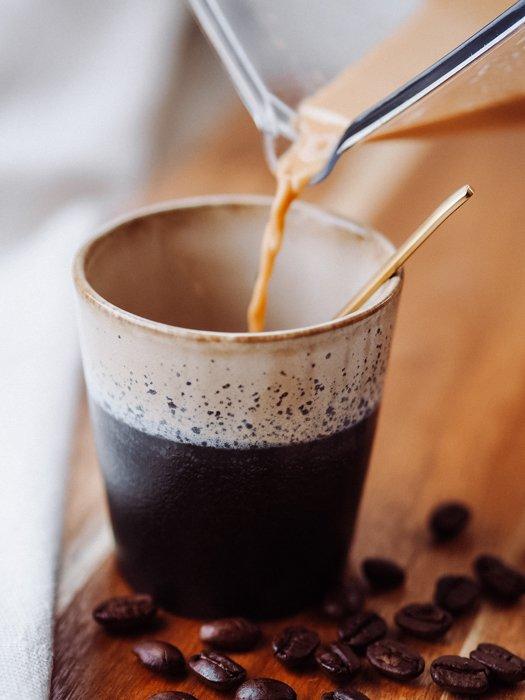 Frühlingsrezepte - Kaffee in den Becher schütten